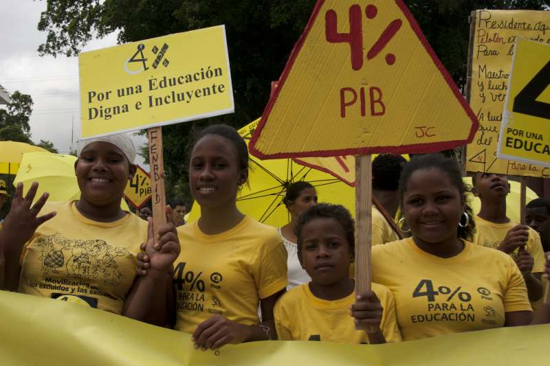 The Educación Digna campaign fights for a law to ensure that 4% of the country's GDP is spent on education. Each month there is a campaigning action using yellow umbrellas to draw attention to their campaign.