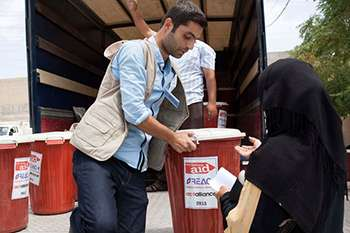 Our partner REACH distributes aid to an Iraqi woman