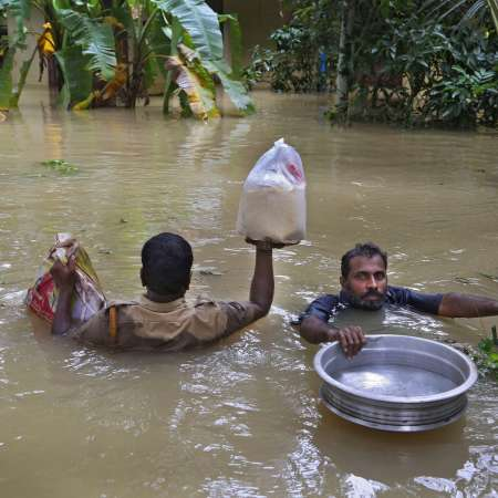 Kerala-men-wading-through-flood-water